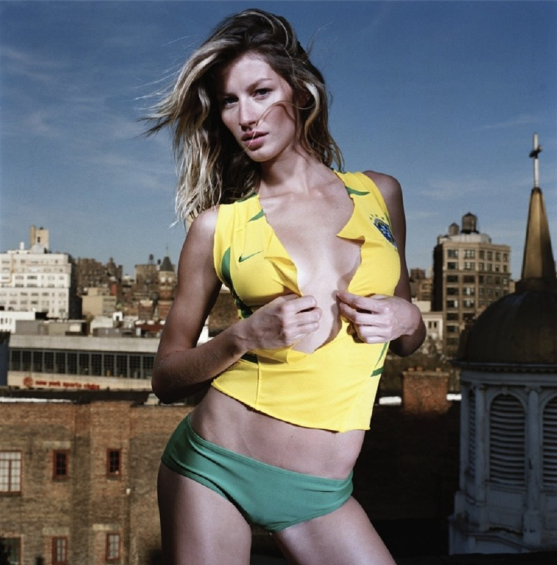 Supermodels_brazilian_model_GISELE_BUNDCHEN_BRAZIL_T_SHIRT_YELLOW_FLAG